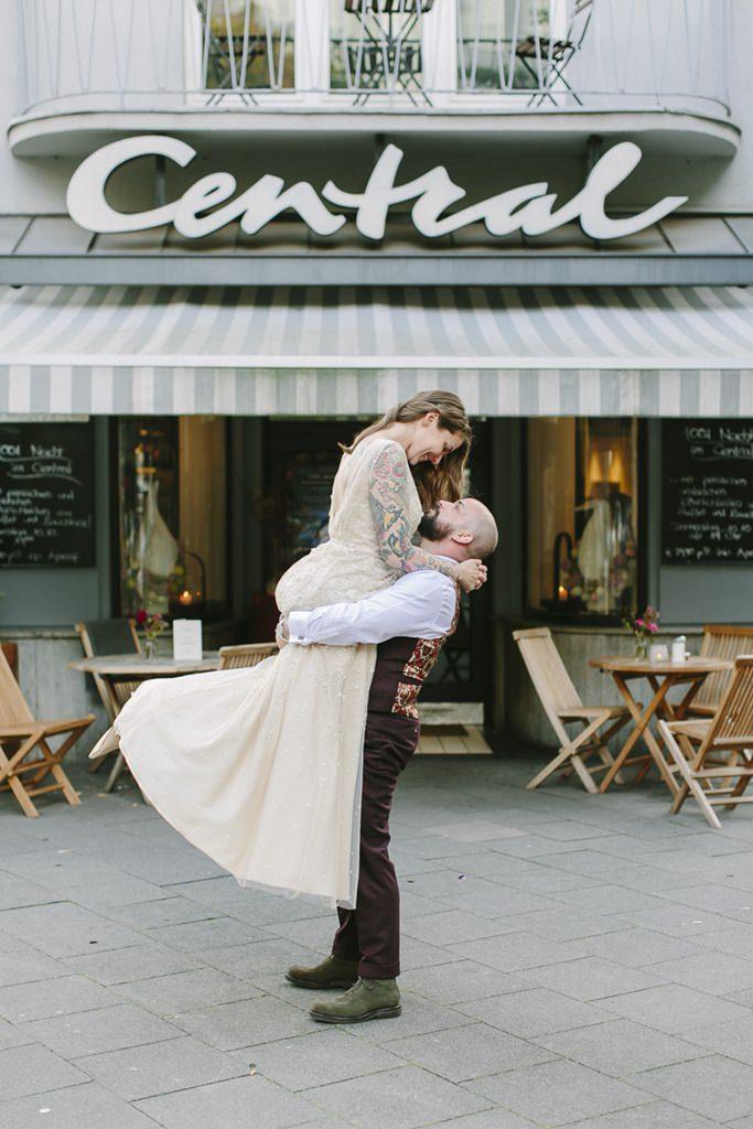 der Bräutigam hebt seine Braut in die Luft