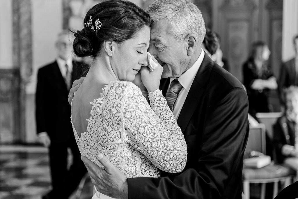 emotionales Hochzeitsfoto von der Braut mit ihrem Vater