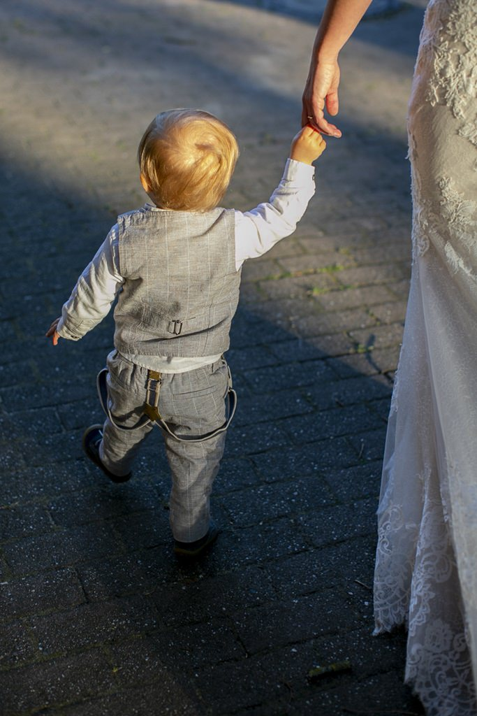 kleiner Hochzeitsgast an der Hand der Braut