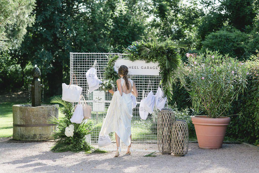 die Braut vor der High Heel Garage