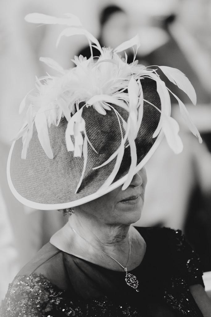 weiblicher Hochzeitsgast mit ausgefallenem Hut