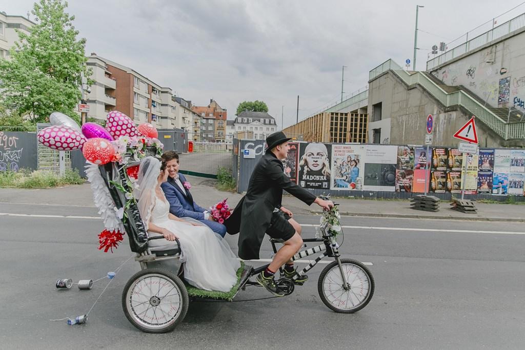 das Brautpaar wird in einer Rikscha gefahren