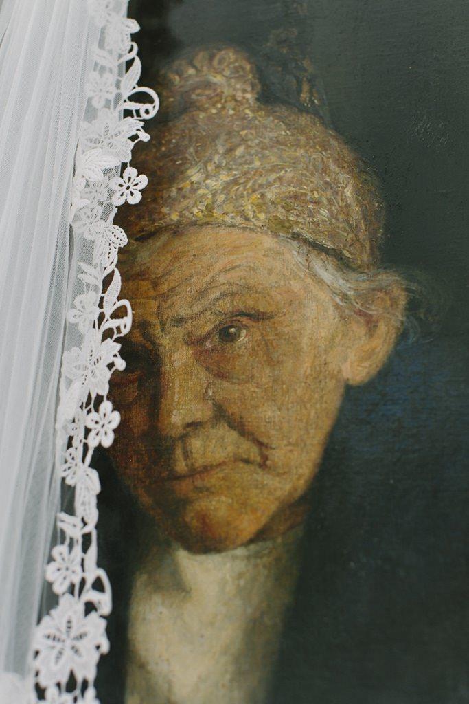 der Brautschleier hängt vor einem antiken Bild