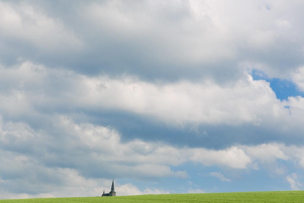 Kirche mit blauem Himmel und vielen Wolken