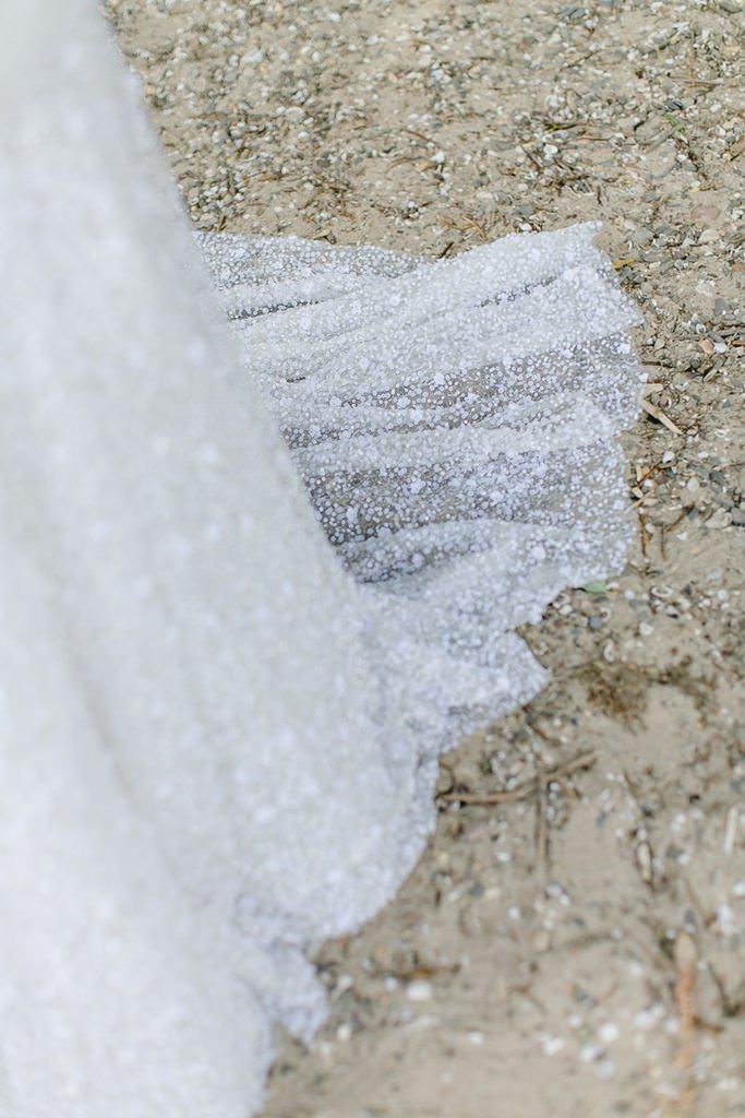 Nahaufnahme Brautkleid mit bestickter Schleppe