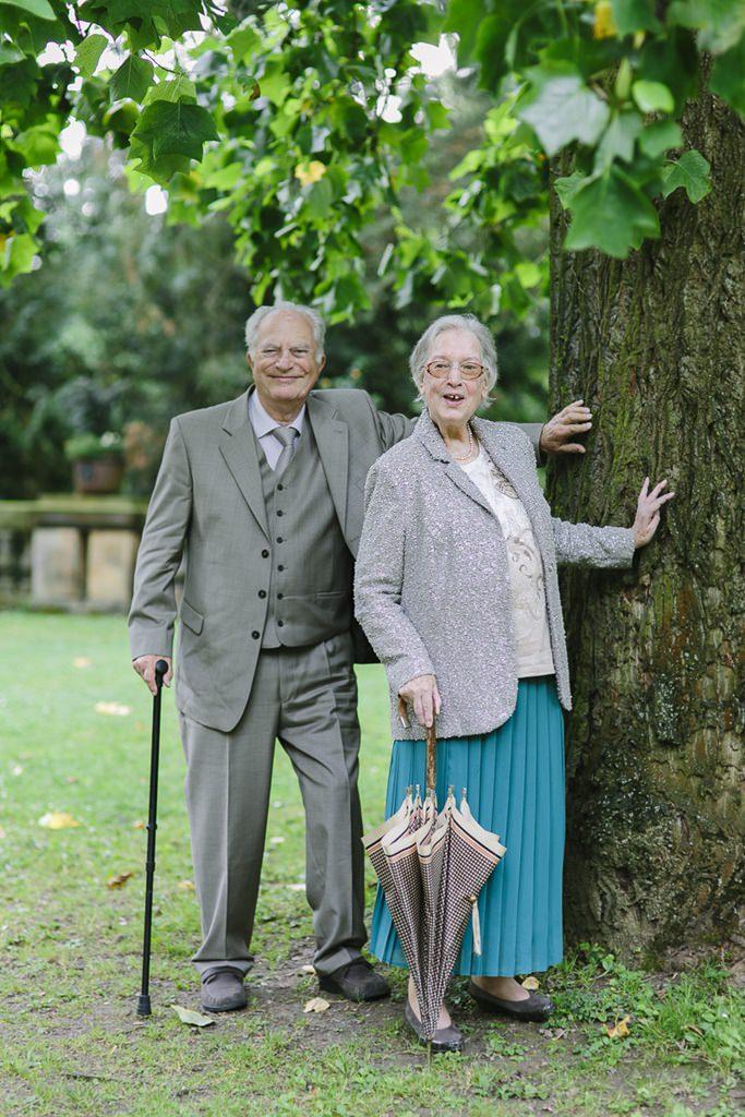 Hochzeitsfoto von den Großeltern vor einem Baum