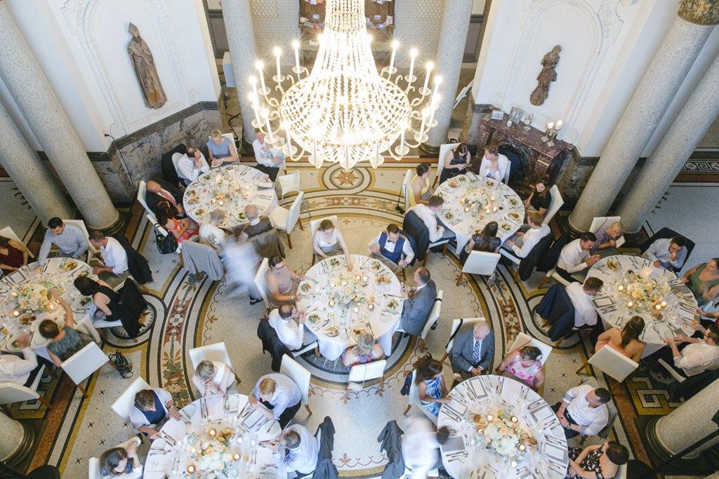 Hochzeitssaal mit Gästen und Kronleuchter von oben