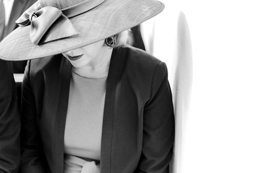 ein weiblicher Hochzeitsgast mit großem Hut