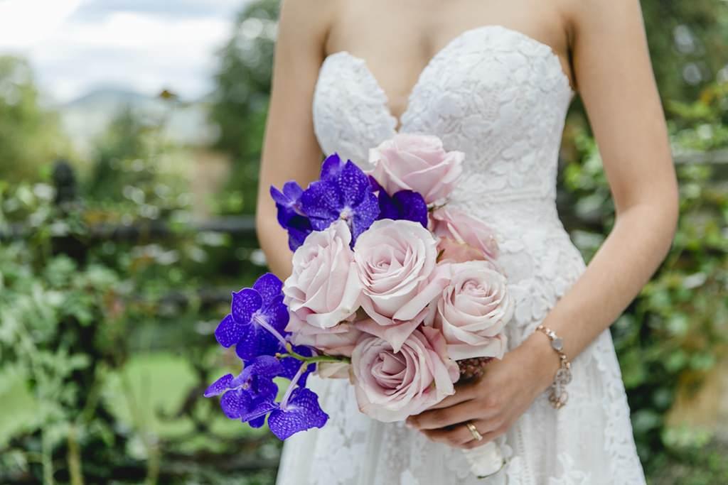 Brautstrauß mit Rosen und Orchideen in Blau und Rosa