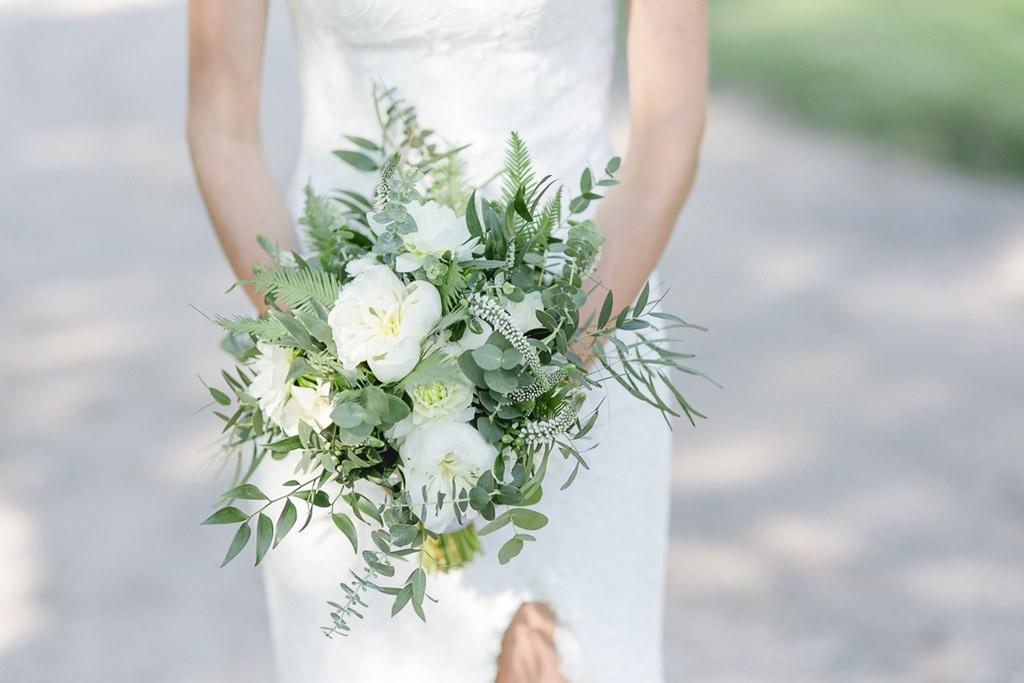 Greenery Brautstrauß mit weißen Blumen, Eukalyptus und Farn