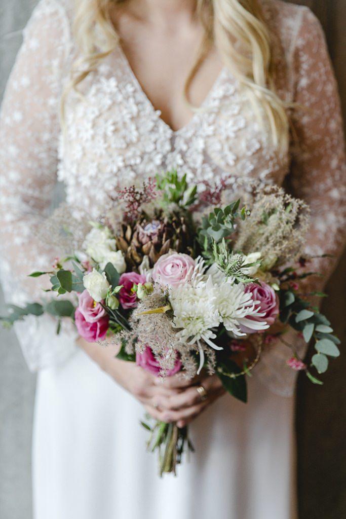 moderner Brautstrauß mit Protea und Greenery
