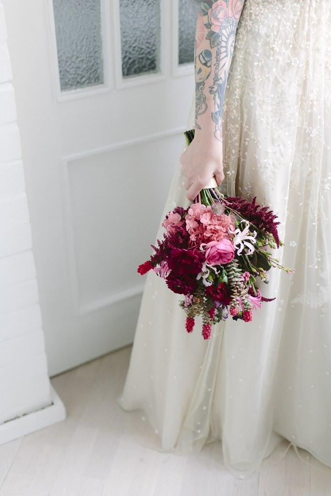 Brautstrauß in Rosa- und Rottönen