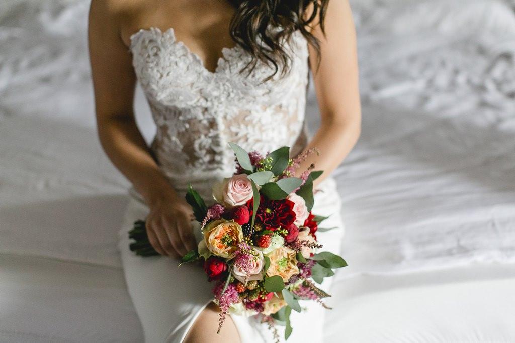 Brautstrauß mit Rosen und Beeren