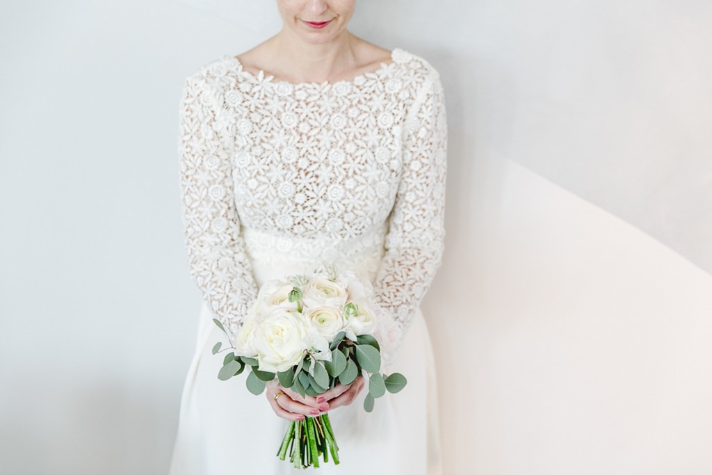Brautstrauß mit weißen Rosen und Eukalyptus