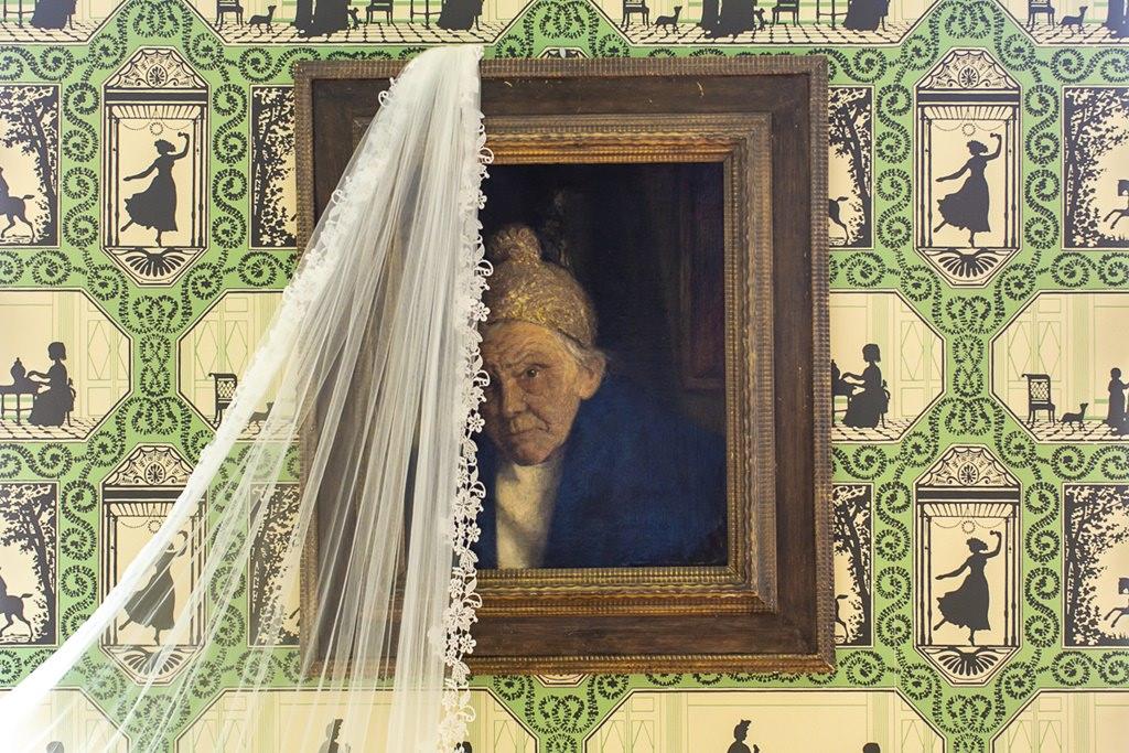 der Brautschleier hängt an einem antiken Bild
