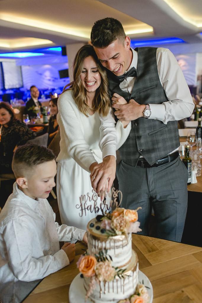 Braut und Bräutigam beim Anschnitt der Hochzeitstorte