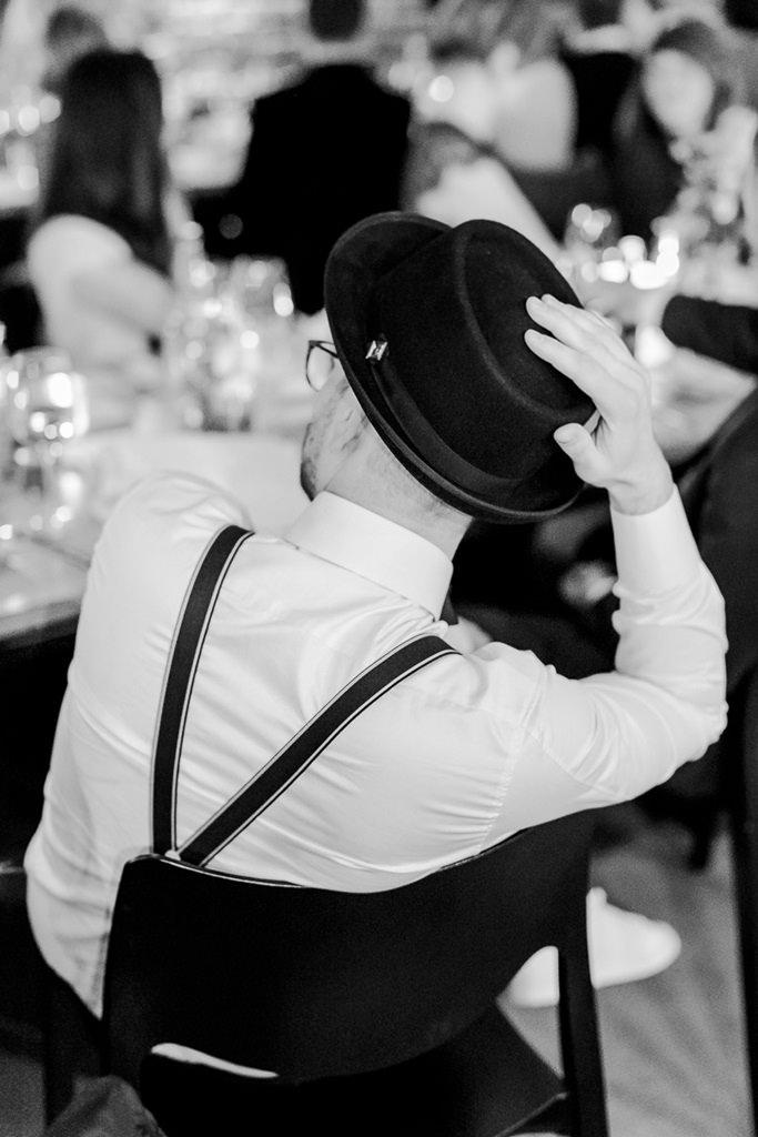 schwarz weiß Hochzeitsbild vom Bräutigam bei der Feier