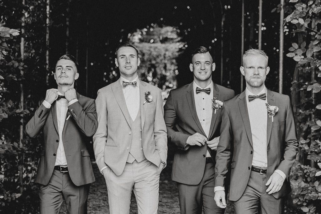 schwarz weiß Foto vom Bräutigam mit seinen Best Men