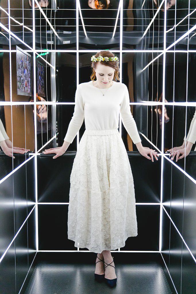 Brautportrait in einem verspiegelten Aufzug