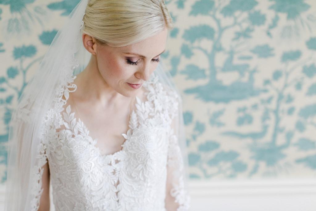 Brautportrait vor einer Mustertapete