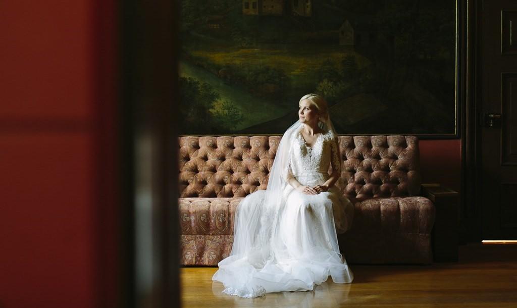 die Braut sitzt auf einem antiken Sofa