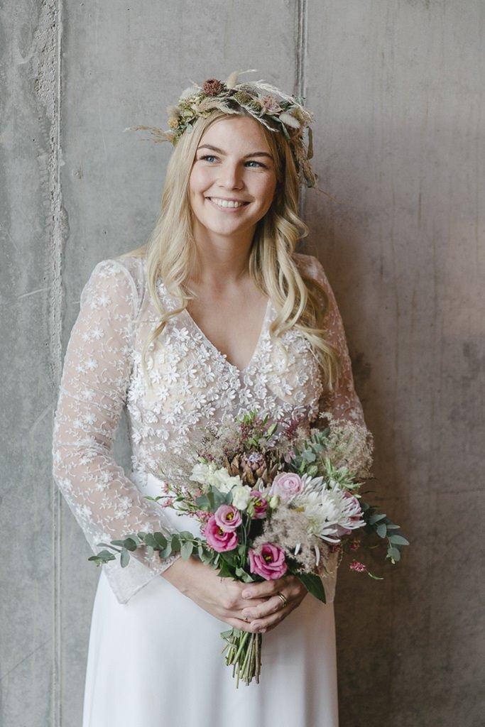 Braut mit Haarkranz und Brautstrauß