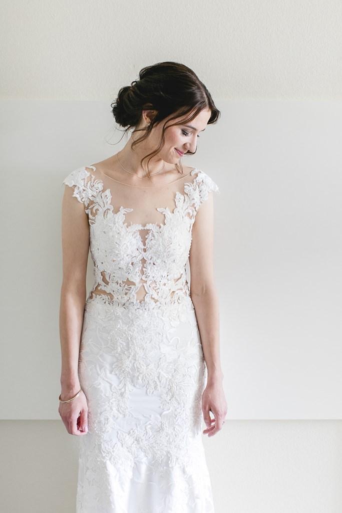 Braut in einem Brautkleid aus Spitze