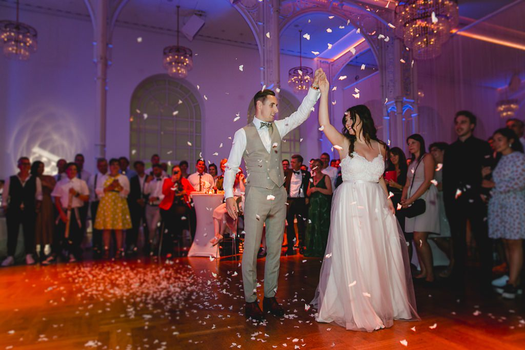 Hochzeitsfoto vom Eröffnungstanz von Braut und Bräutigam