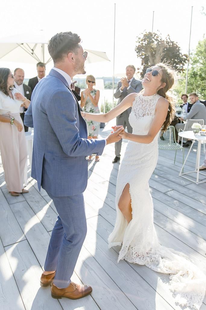 Braut und Bräutigam beim Eröffnungstanz auf einer Sommerterrasse
