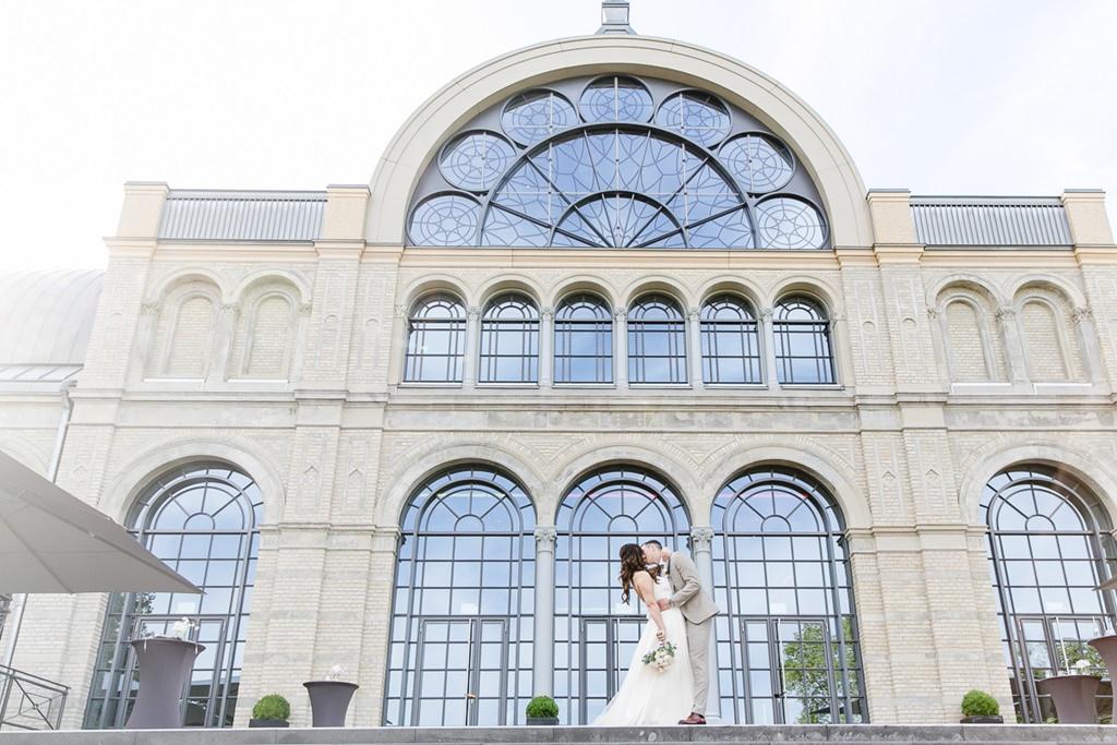 Paarfoto von Dominik und Melissa Kohr vor der Flora Köln