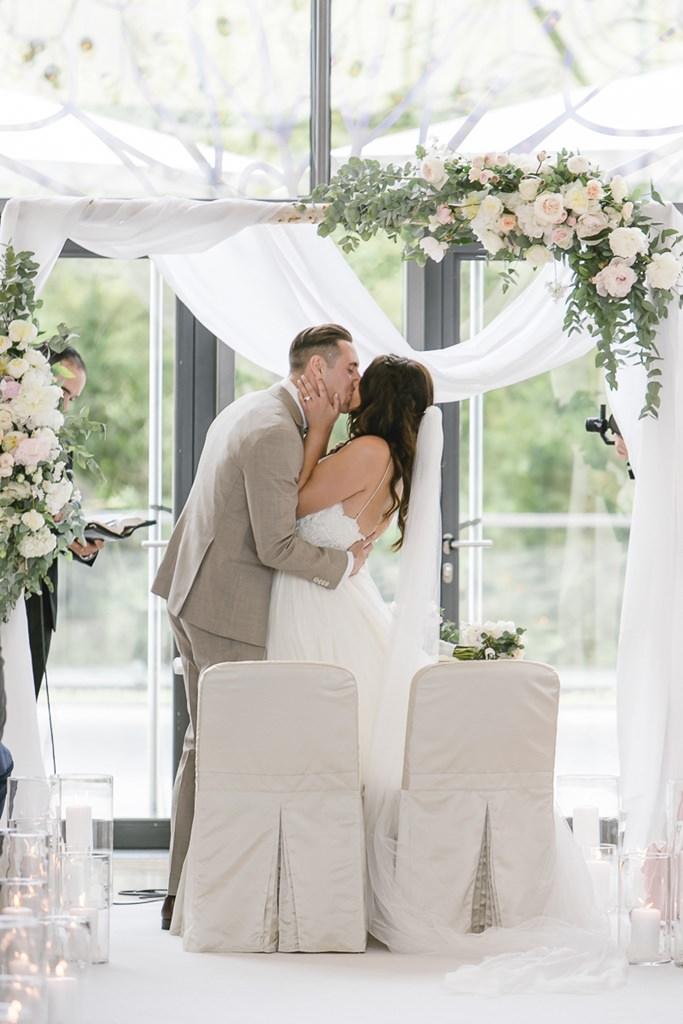 das Brautpaar küsst sich während der Freien Trauung in der Flora Köln