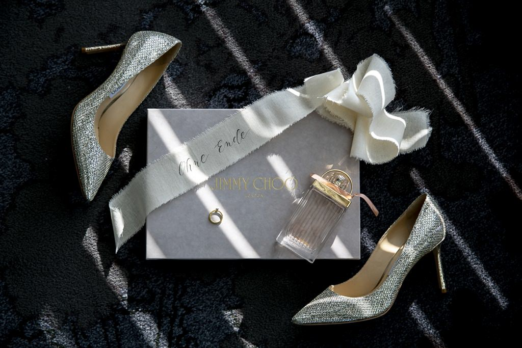 Hochzeitsbild von Jimmy Choo Brautschuhen, Parfum und Verlobungsring