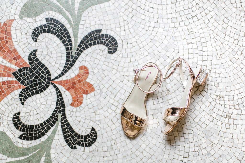 Brautschuhe liegen auf Mosaik-Fliesen
