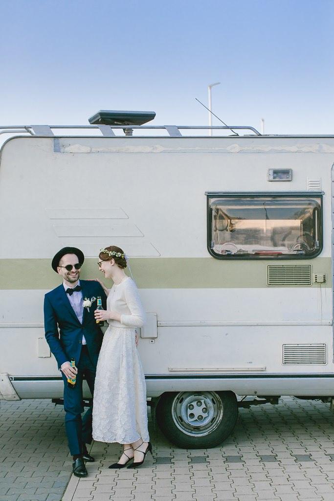 Paarfoto von Braut und Bräutigam vor einem Wohnwagen