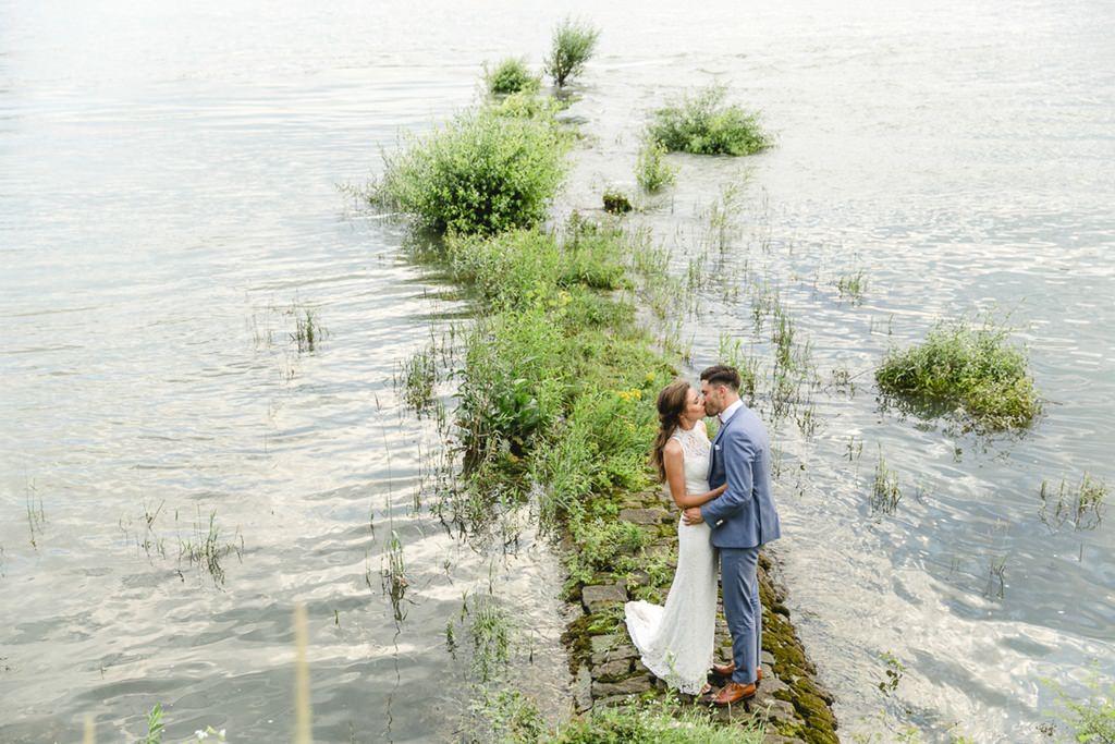 besonderes Hochzeitspaarfoto am Wasser