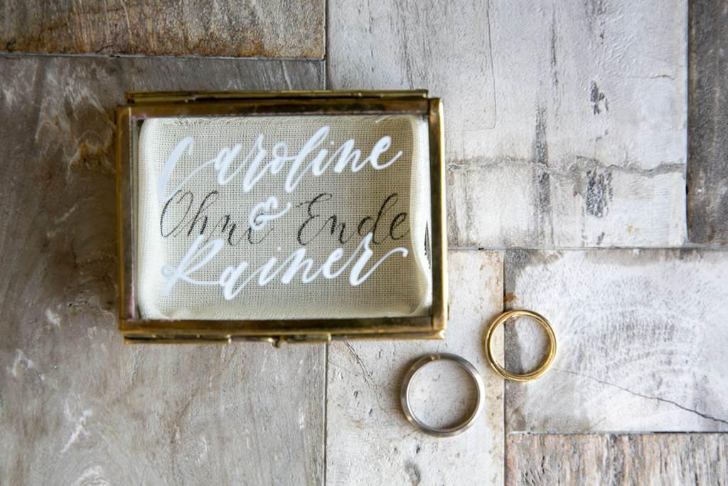 personalisierte Ringbox und goldenen Eheringe