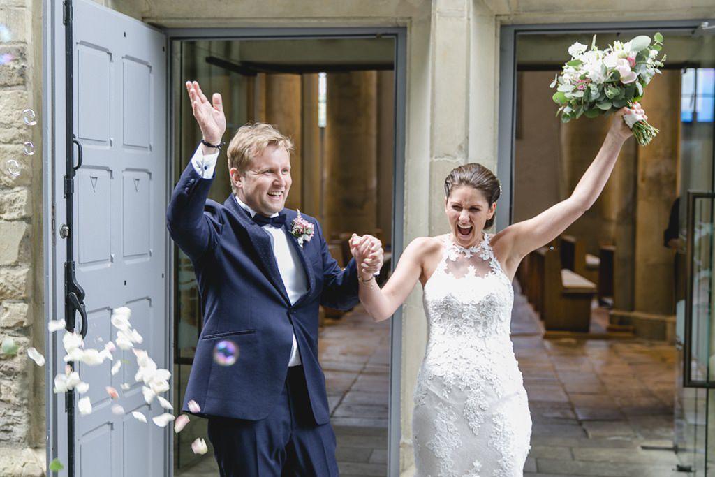 das überglückliche Brautpaar kommt aus der Kirche