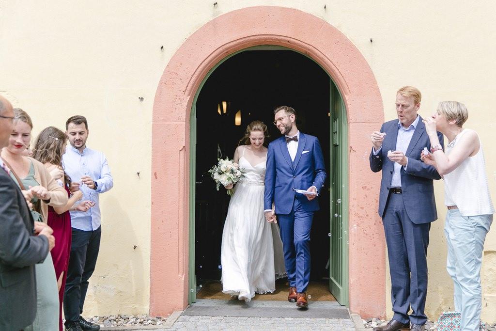 das Brautpaar beim Auszug aus der Kirche