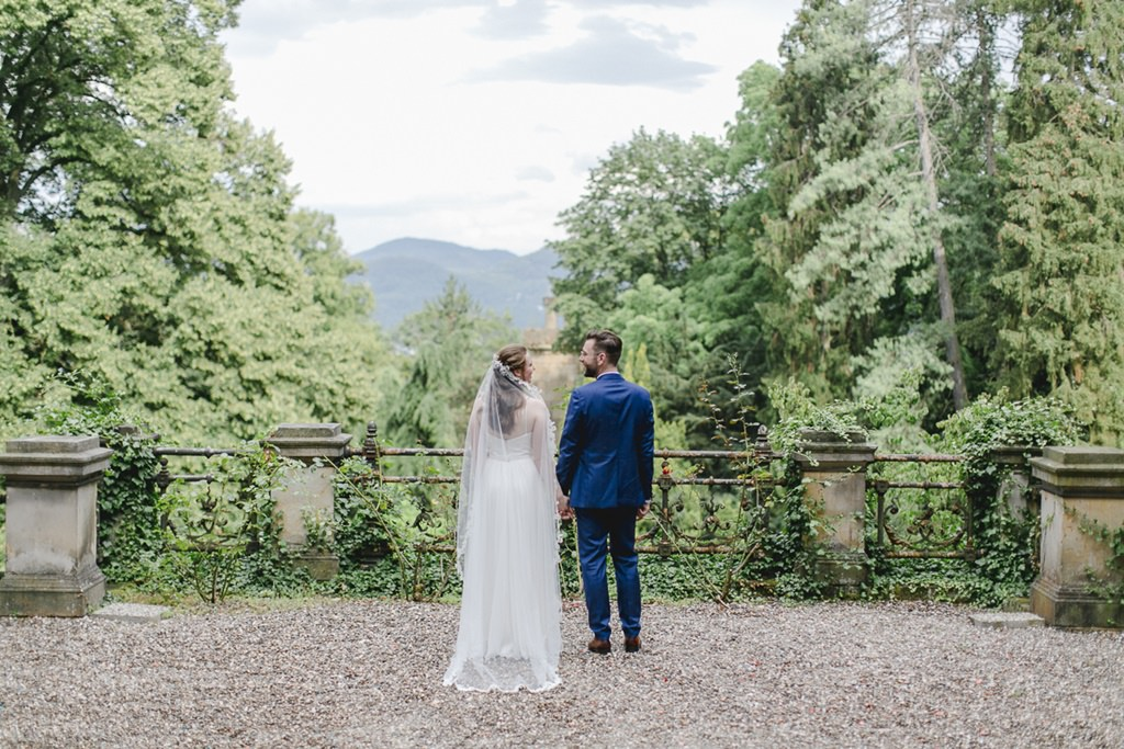 Paarfoto von Braut und Bräutigam mit vielen Bäumen
