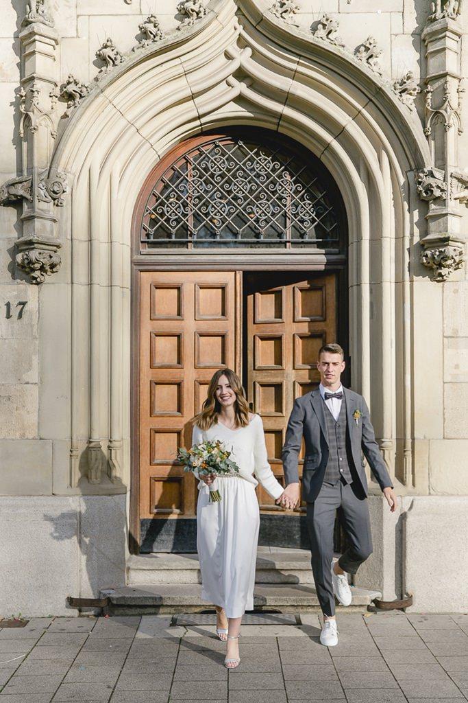 Braut und Bräutigam verlassen das Standesamt in Köln