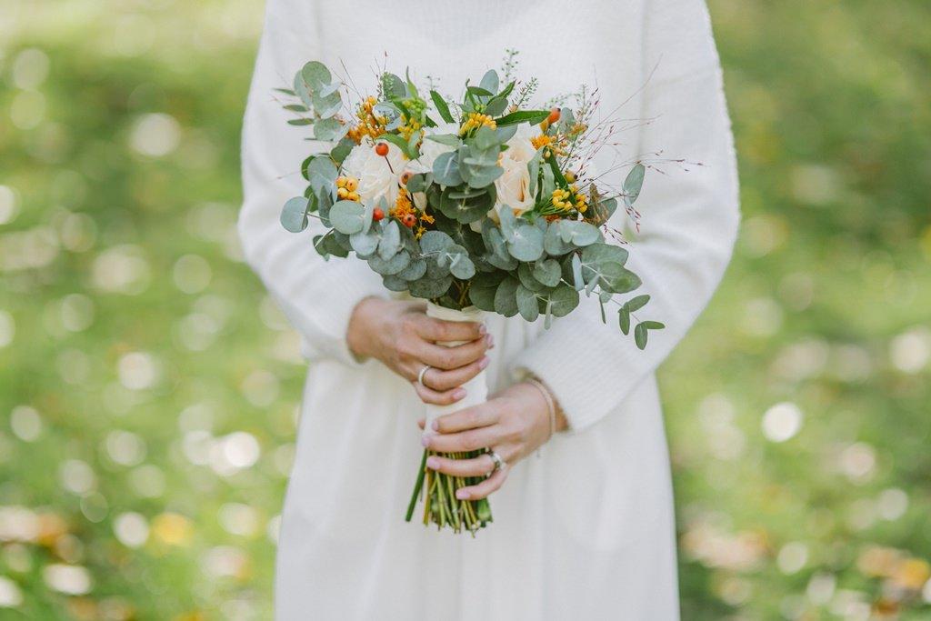 Brautstrauß mit Eukalyptus und Rosen