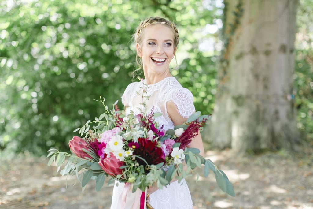 Brautstrauß mit Protea in Bordeaux