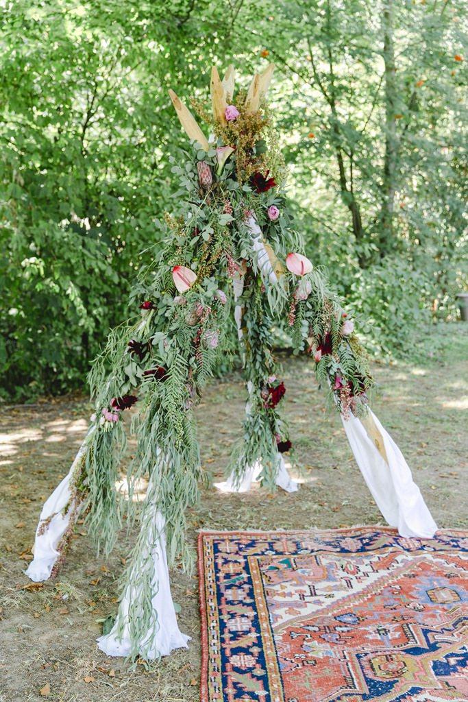 Boho Tipi mit Greenery und Blumendeko bei einer Freien Trauung im Garten