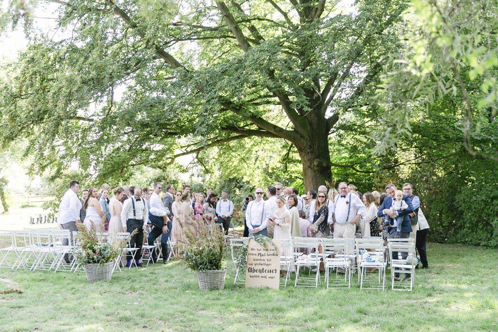 die Gäste bei einer Freien Trauung auf Gut Hohenholz warten auf das Brautpaar