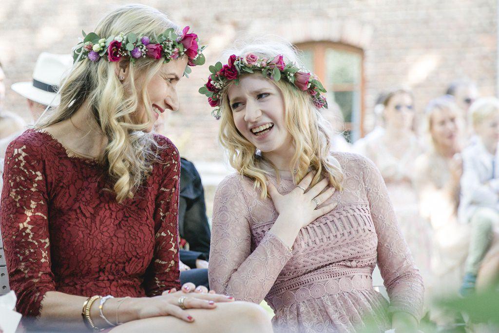 zwei Brautjungfern werden bei der Freien Trauung emotional