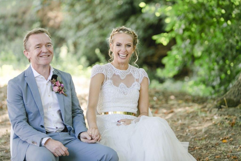 das Brautpaar während seiner Freien Trauung im Boho-Stil auf Gut Hohenholz