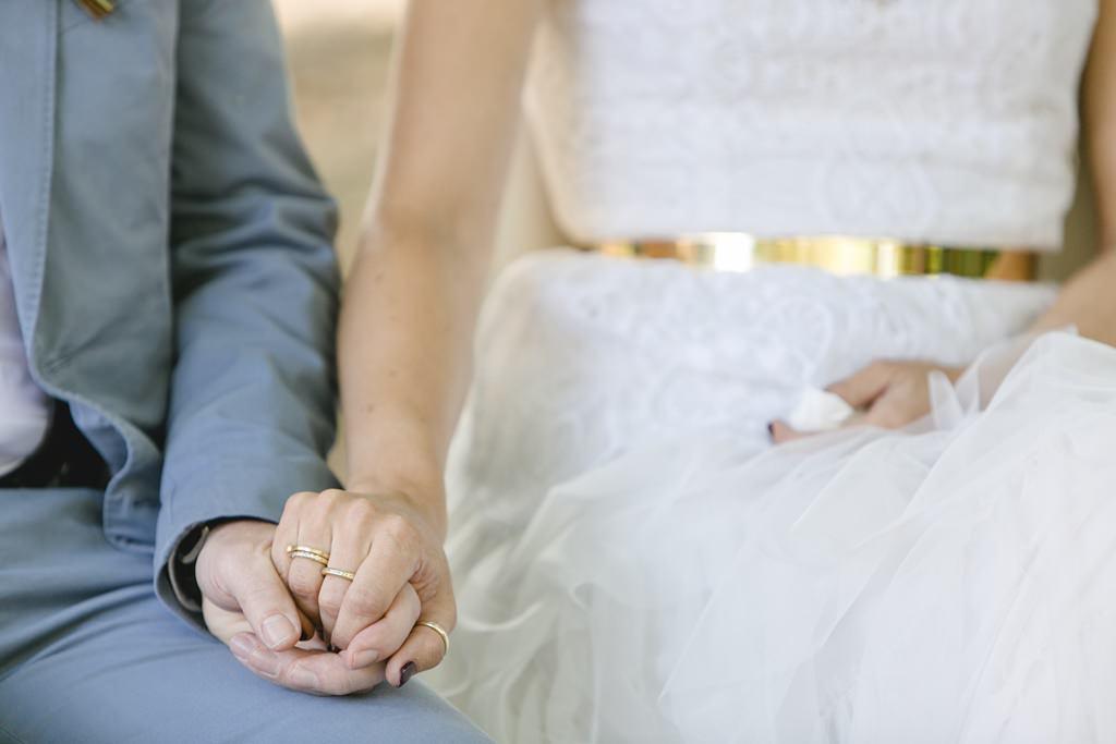 Braut und Bräutigam halten sich während ihrer Freien Trauung an den Händen