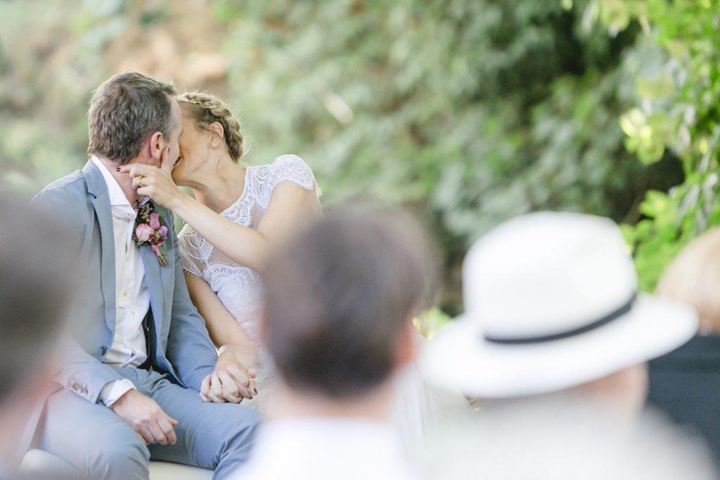 das Brautpaar küsst sich während der Freien Trauung auf Gut Hohenholz