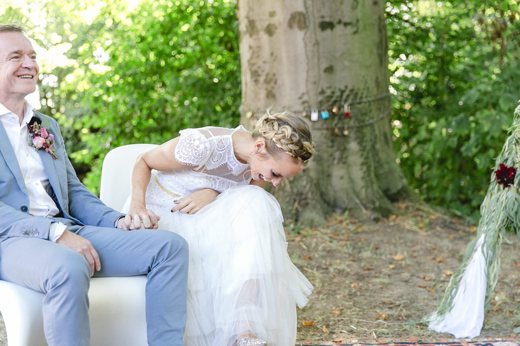 die Braut lacht ausgelassen bei ihrer Freien Trauung auf Gut Hohenholz