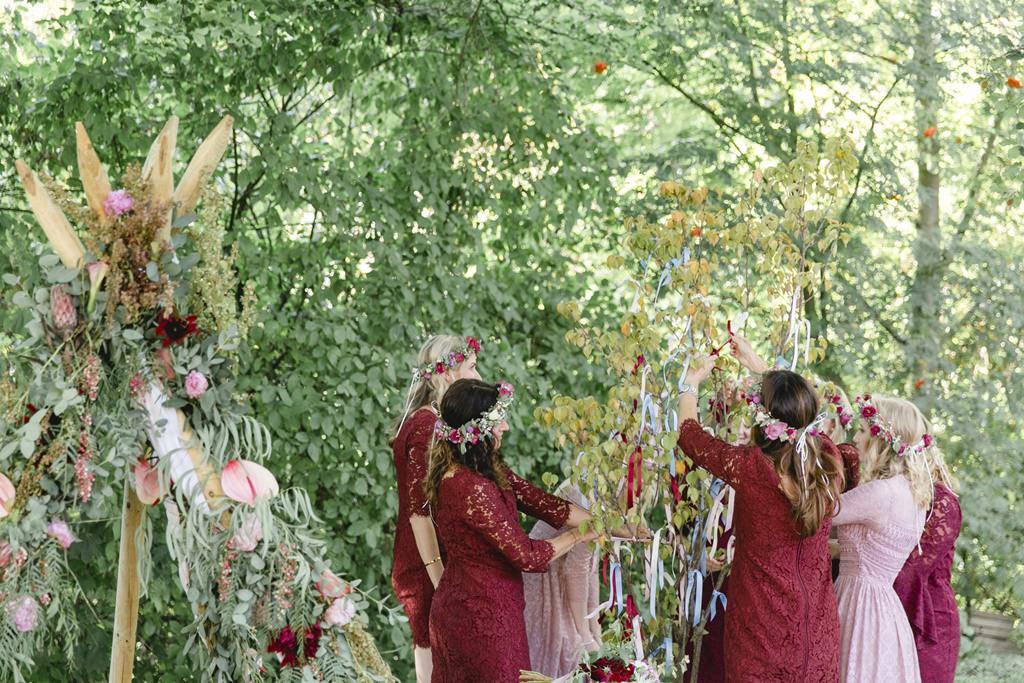 die Brautjungfern schmücken Bäumchen für eine Freie Trauung im Garten